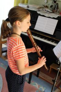 Juliane beim Flötenunterricht
