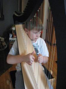 Kind spielt Hafe