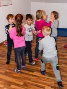 Kinder bei der Frühförderung